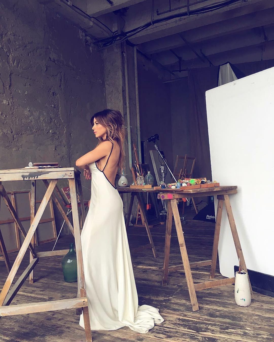 Фото в белом платье с обнаженной спиной 11 фотография