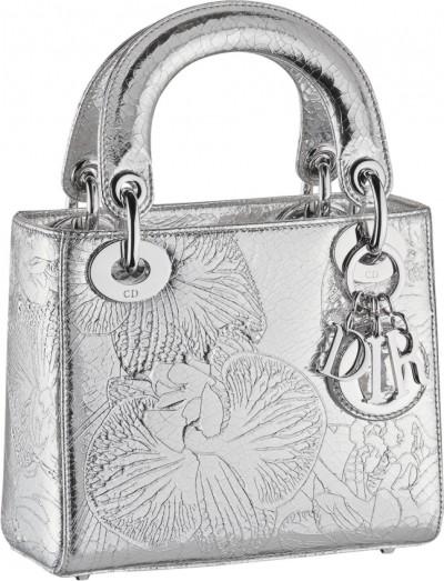 d79f8283e33e Марк украсил модели сумок Lady Dior, клатчей Croisière, а также кошельки и  визитницы космическими абстракциями и цветами (в большинстве своем  орхидеями).