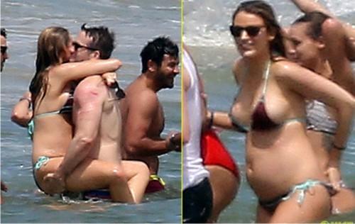 Беременная на пляже в бикини