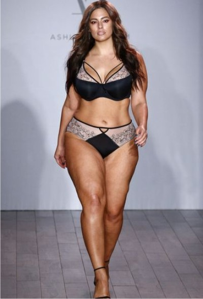фото модели на показе моды без белья